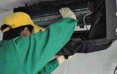 清洗员工李师傅在清洁空调